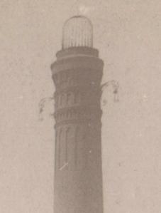 Details am Kaminabschluß: Käfig und Kandelaber