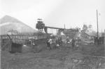 502-Dasselbe-Zivilisten suchen in Schutt nach Kohlestückchen